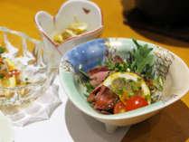 *【夕食一例】手作りローストビーフ。お野菜と一緒にお召し上がりください。