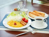 *【朝食(スクランブルエッグ)一例】パン・サラダ・卵料理・ウインナー・コーヒーなどををご用意♪