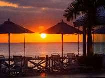 東シナ海に沈みゆく雄大なサンセットを眺めながら、ゆったりとしたひとときを…