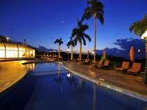 【ガーデンプール】夕暮れ時のプールサイドはロマンチックムードに!