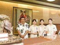 【フロント】笑顔と沖縄らしいホスピタリティでお迎えいたします。気軽にお申し付け下さい。