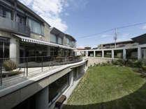 【外観】鎌倉由比ヶ浜の閑静な場所に佇むWeBase鎌倉。中庭を望む心地よいテラス
