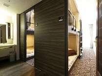 【4人部屋 2段ベッド4 Person Room Bunk Bed】ポッドベッドx 4が入っているプライベート部屋です。
