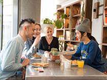 【レストラン】世界各地からのゲストと楽しく鎌倉の情報交換しながらお食事やお飲み物を。
