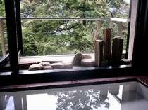 【景山荘】窓が全面開放する景山荘客室の客室風呂