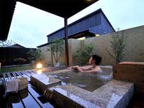 夜は柔らかな灯りがともる露天風呂。ゆったり疲れを癒して下さい。(一例)