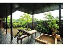 客室「さくら」露天風呂です。檜風呂です。