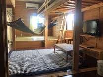 5号室。ロフトベッド下にハンモックを吊るすことも。普段は外してあります。ラグは季節で変わります。