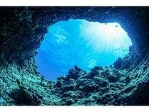 世界的に有名な洞窟です。神秘的なマリンブルーの世界に浸らせてくれます。