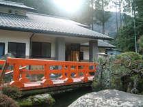 高畑温泉唯一の宿である当館は、山間に建つ一軒宿です