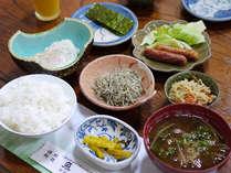 【朝飯】お味噌汁、卵料理、小鉢などの和定食をご用意いたします。