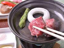 *肉汁ジュワ~!口の中でとろけるような米沢牛の陶板焼き。
