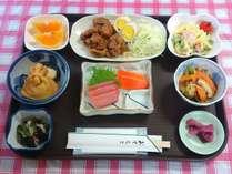 *夕食一例/8~9品+ご飯、汁物でボリュームたっぷりの日替わりメニュー。
