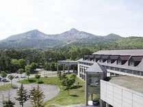 【外観】ホテルから望む磐梯山の噴火口
