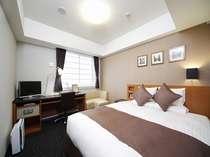 ダブルルーム(18平米)広々164センチ幅のベッドが人気。カップル・ご夫婦におすすめのお部屋です。