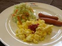 中札内たまご、十勝野ポークなどを使った朝食、このほかにパン、コーヒー、ヨーグルトなど