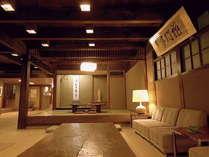 【ロビー】昭和初期の建築を受け継いだ本館は、老舗旅館ならではの時を重ねた風情が漂います