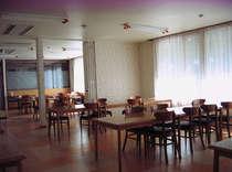広々とした食堂です。目の前には緑が!秋には紅葉が望めます。