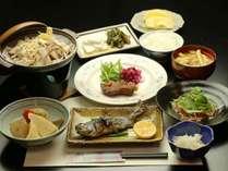 夕食の一例-お米や地域の野菜、山菜など地産地消の献立。