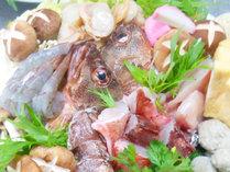 【夕食】鍋には新鮮な魚介類たっぷり!!