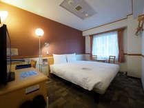 広々としたベッドで快適な宿泊ダブルルーム