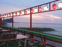 宿の眼の前が海!お天気がよければ夕日を眺めながらデッキで食事が出来ます