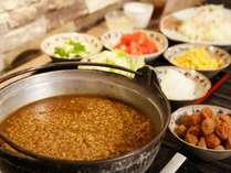 朝食には大和の名物「茶粥」をご用意します。サラダと茶粥はセルフサービスでお好きなだけ召し上がれ