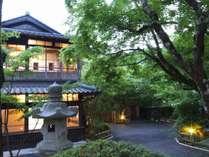 四季折々の表情を愉しめる、大自然に囲まれた宿。お客様入口からの風景。