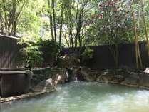 大浴場(えのきの湯)の露天風呂からは季節の移ろいを感じられる(男湯)