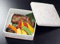 創業140周年プランのメイン料理、黒毛和牛ステーキはおふたりで140g。