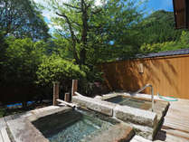 客室露天風呂は源泉かけ流しの冷泉と温泉を各部屋に備える