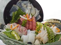 趣向を凝らした盛り付け、新鮮な串本産の魚介のお造り(2人盛り)