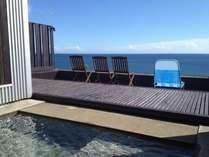 専用デッキ有する、プレミアムオーシャンルームの専用露天風呂