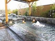 【こころの湯・大浴場】源泉からあふれでるお湯に思う存分浸れる露天風呂です