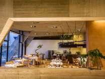 カウンターキッチンを備えた、木や土のぬくもりを感じるアットホームなダイニングレストラン
