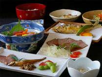 自家製ローストビーフや旬の湖魚など地元の味をお楽しみ下さい