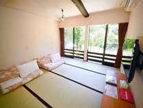 角部屋の大きな窓がある畳敷きのお布団のお部屋で清流庄川の流れが一望できます。