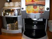 朝食ドリンク各種。挽き立てコーヒー、そしてスープ、お味噌汁等
