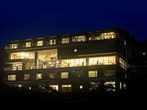 ■絹の渓谷 碧流 広々としたロビーからは窓いっぱいに鬼怒川渓谷の景色が広がります
