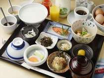 選べる朝食、写真は和定食にご飯をお粥変えたもの。他に洋定食・中華がゆ、コンチネンタル。