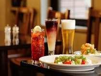レストラン「バイプレーン」では十勝産食材や豊富なチーズなどコースから単品まで取り揃え
