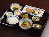 ふく井ホテル人気NO1の朝食は和定食。近海の焼き魚に手作り感いっぱいの副菜でおもてなし。