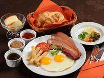 洋定食は自家製ベーコンはボリュームたっぷり。自家製ジャム&ドレッシング、十勝産チーズなど。