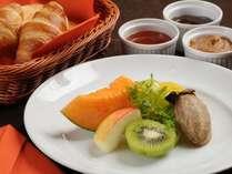 【選べる朝食4種類】フレッシュフルーツのコンチネンタルにパンと自家製ジャム3種