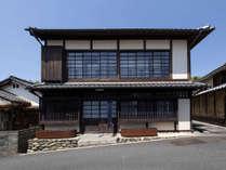 *【外観】町家造りの二階建て古民家