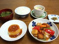 *【夕食一例】自家製野菜やお米を使った家庭的な日替わり定食