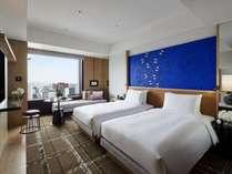 眼下に金沢駅、遠くに金沢の街を望む、高層階に位置する約32平米の客室