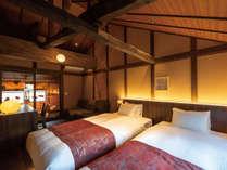 かがび 2階の洋寝室からは水引の吊りアートが望め、デスクやソファーも便利です。