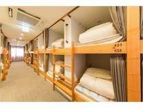 ドミトリールームです。各ベッドにカーテン、ロッカー、ライト電源完備
