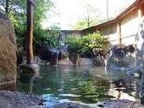 焼岳を望みながらの露天風呂は、開放感いっぱい!H27 4/1~内湯(2つ)も、お部屋単位で貸切できます。